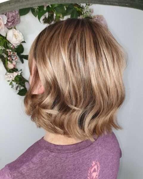 Warstwowy bob i koloryzacja blond