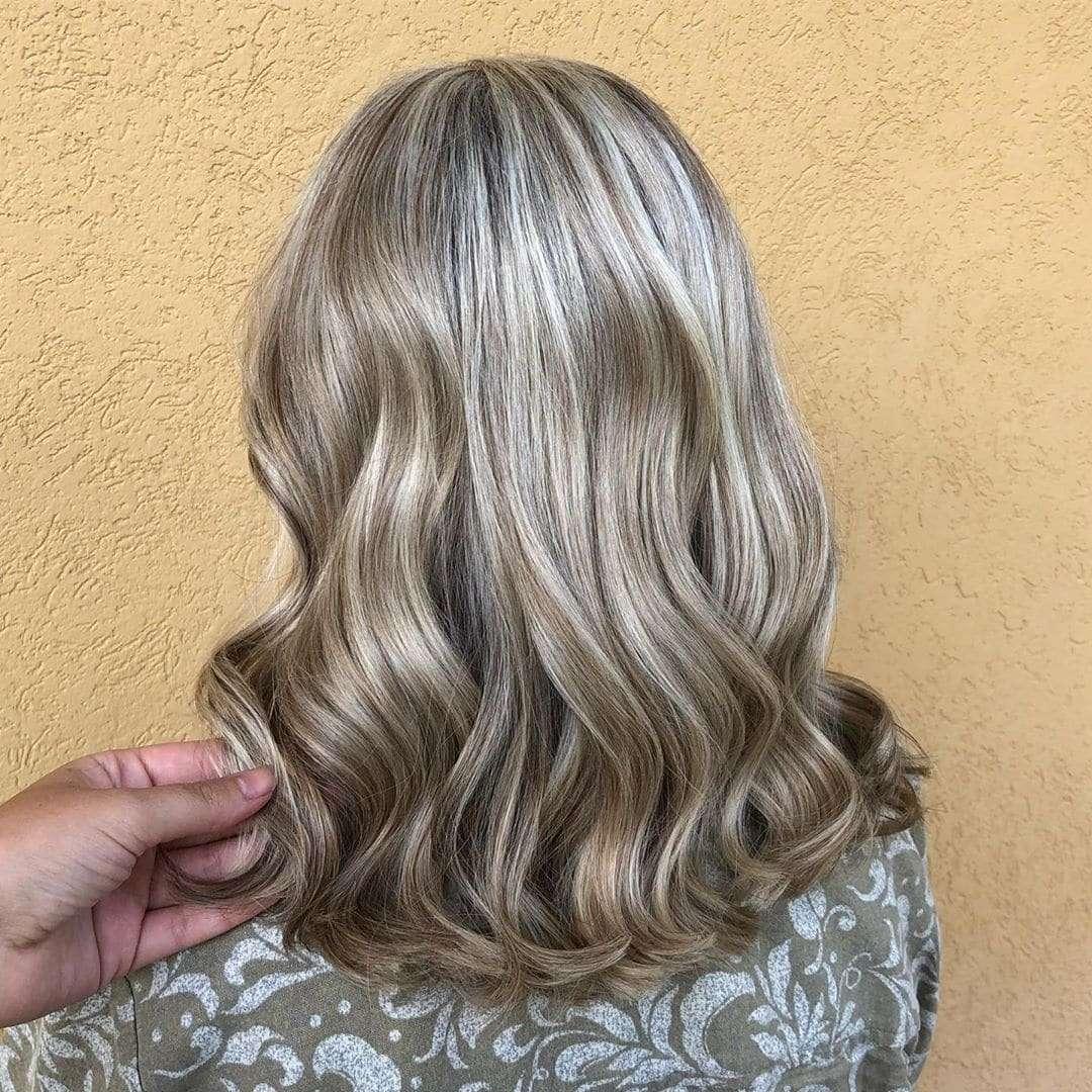 Szare włosy do ramion