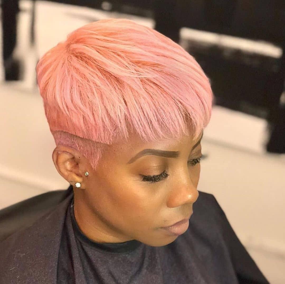 Zakończony na różowo pixie cut