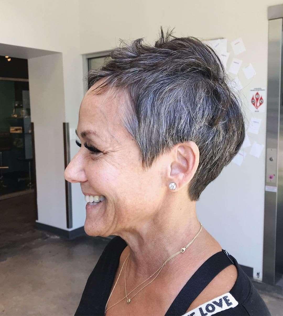 krótkie fryzury damskie dla 50 latki