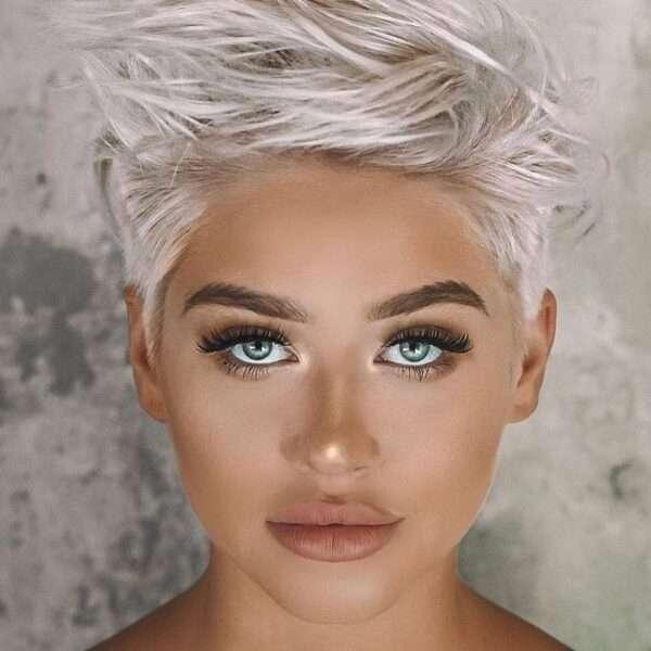 Nastroszony pixie cut w popielatym blondzie