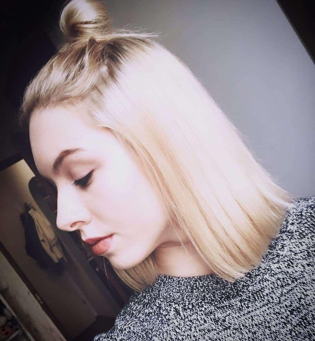 Blond włosy do ramion z kokiem na czubku głowy