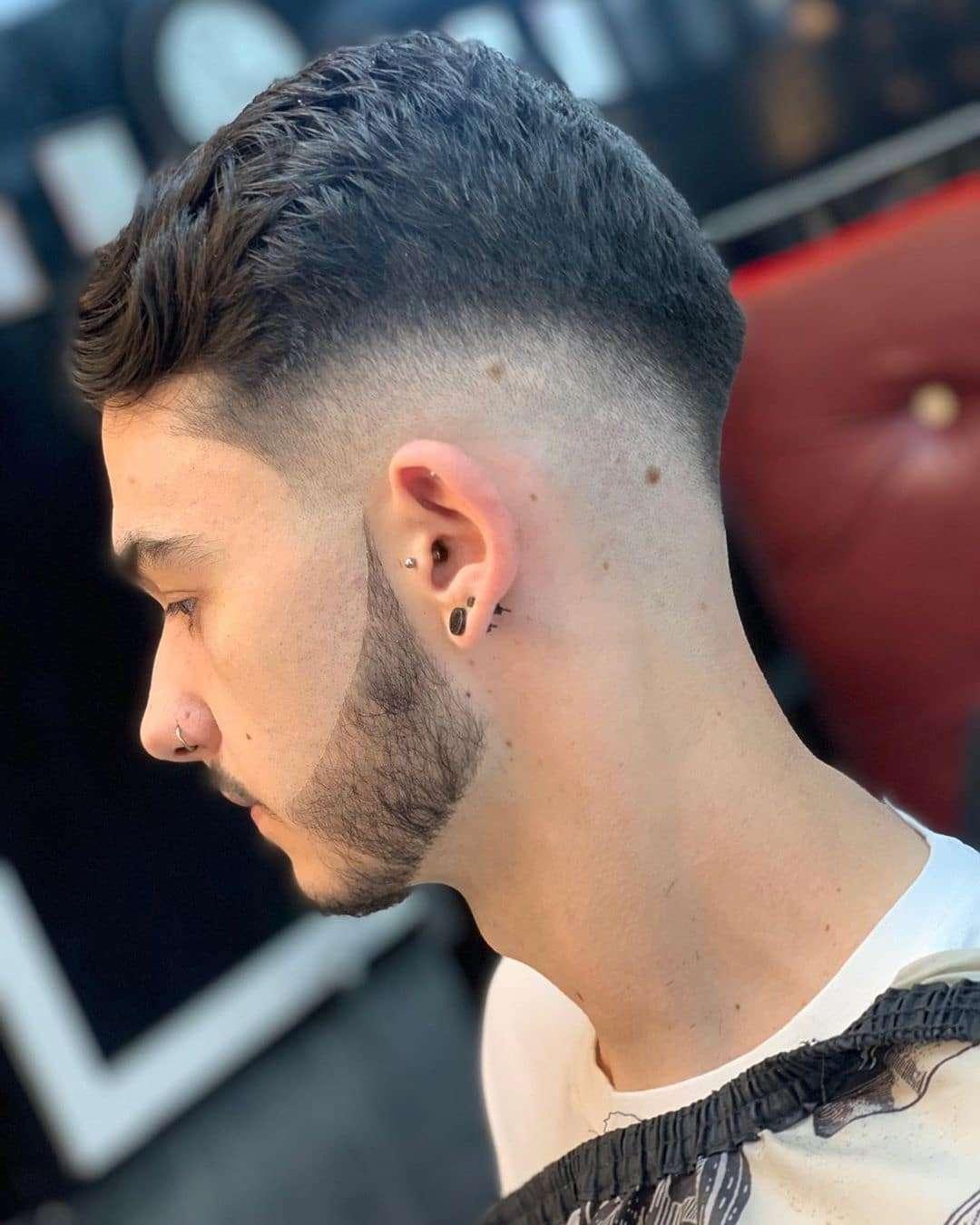 Krótkie cięcie na gęstych włosach