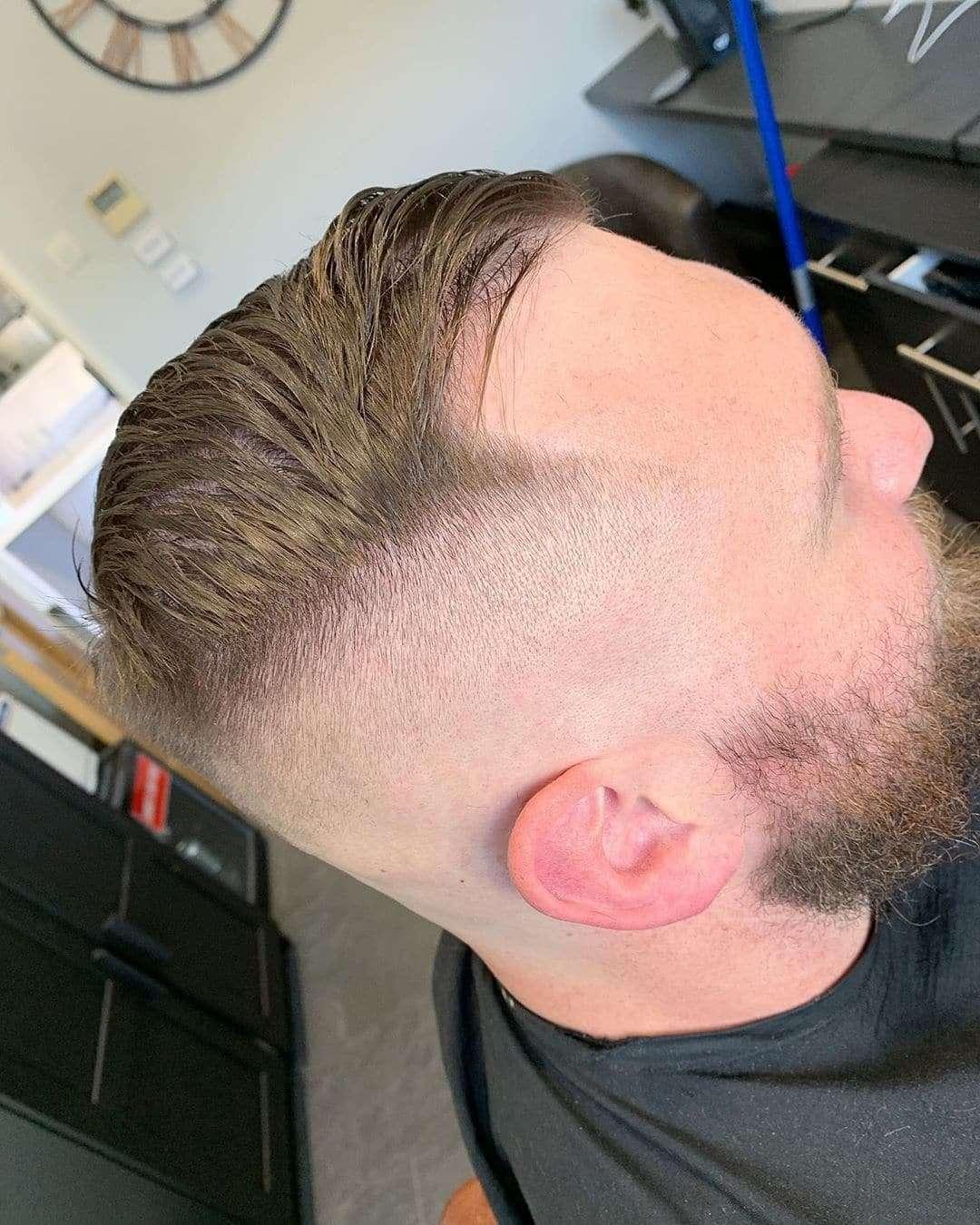 Nastroszona fryzura z odłączoną brodą