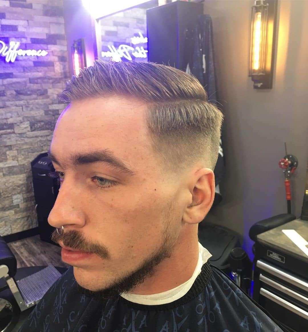 Klasyczna fryzura zaczesana na bok z przedziałkiem