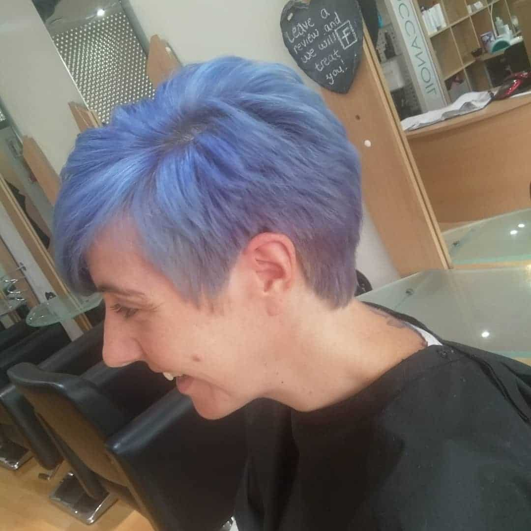 Zmierzwiony, niebieski pixie cut