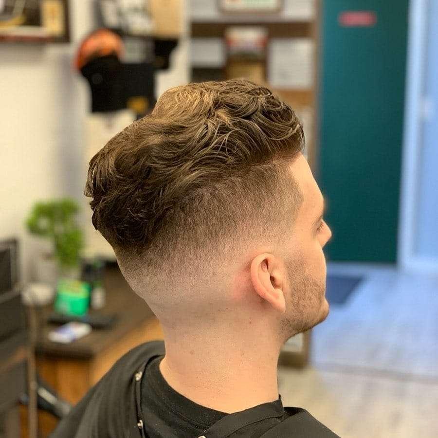 Krótkie cięcie dla falowanych włosów