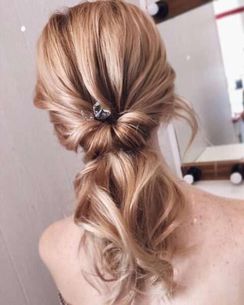 Od brązu do blondu - włosy zaczesane do tyłu