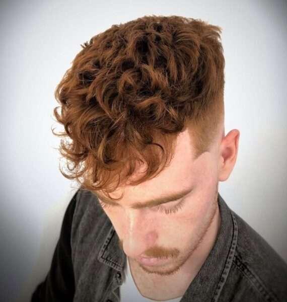 męska fryzura na bok
