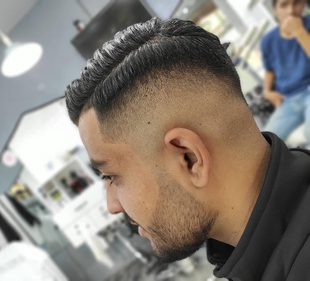 Fryzura z przedziałkiem dla prostych włosów
