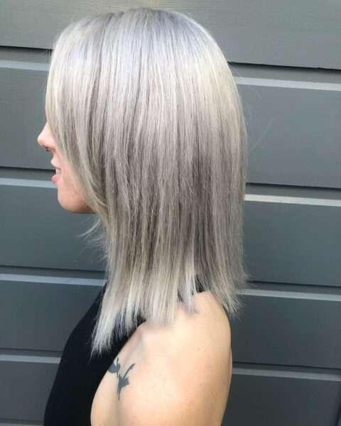 Warstwowa fryzura w kolorach srebro i blond
