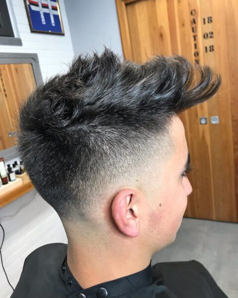 męskie fryzury na bok