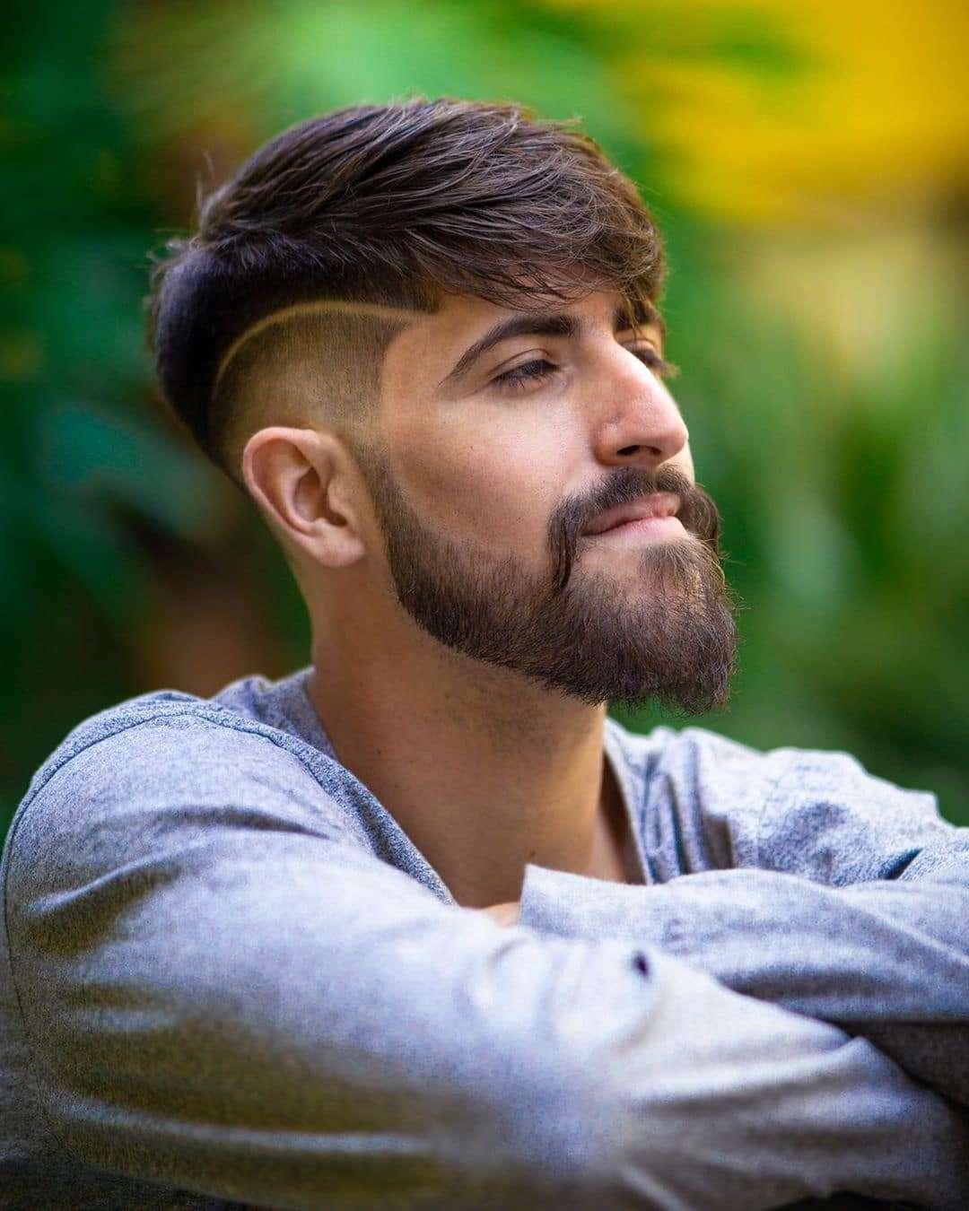Fryzura na bok z brodą