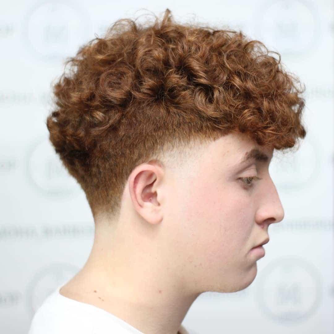 Fryzura na bok dla kręconych włosów