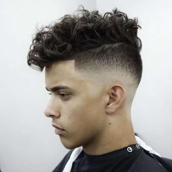 fryzury męskie zaczesane na bok