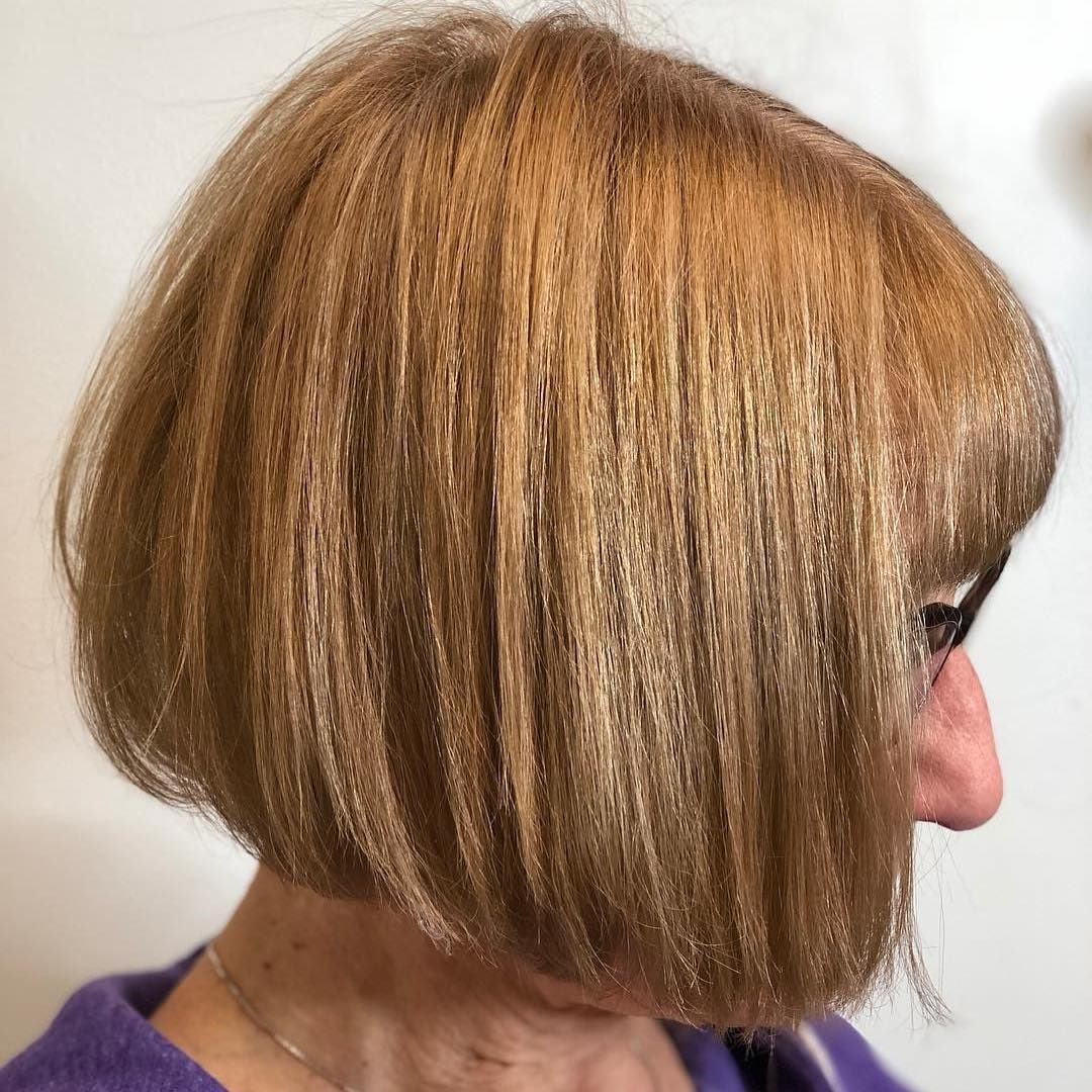 Krótkie proste włosy z grzywką