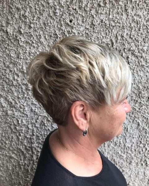 Gęsta, platynowa warstwowa fryzura