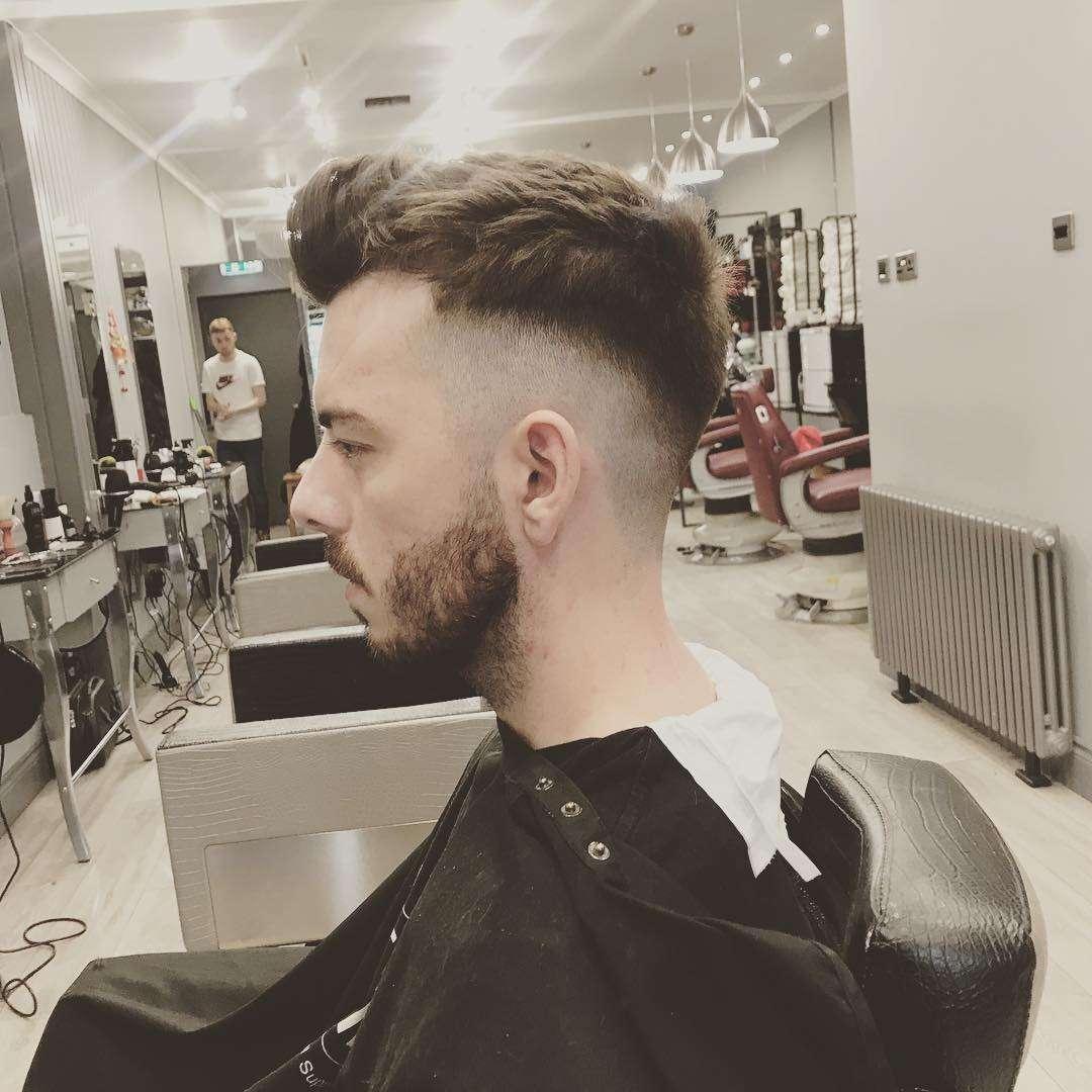 męskie fryzury krótkie boki