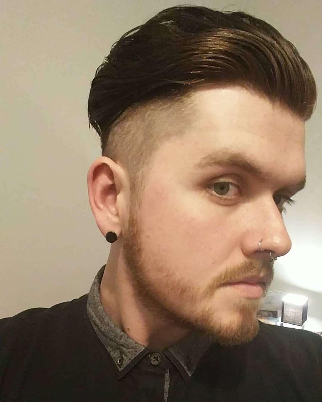 krótkie fryzury z grzywką na bok męskie