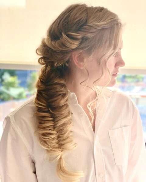 fryzury z warkoczem na bok