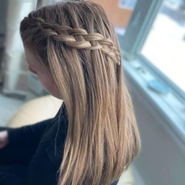 fryzury z warkoczem i rozpuszczonymi włosami