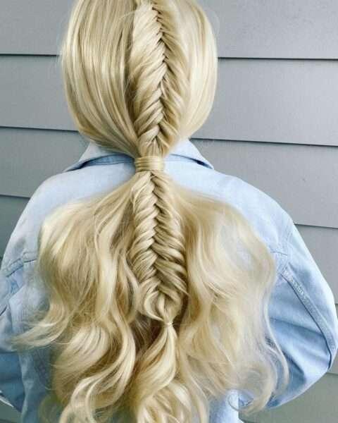 fryzury z warkoczem i lokami
