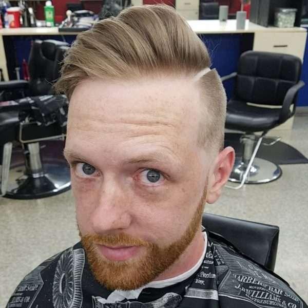 fryzury męskie z wygolonym przedziałkiem
