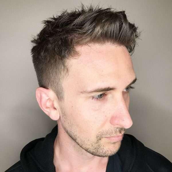 męskie fryzury krótkie na bok