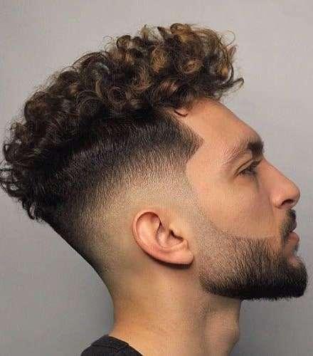męskie fryzury kręcone włosy